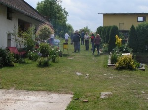 pohled od vstupu ke kanceláři a posezení (před grilem vlevo)